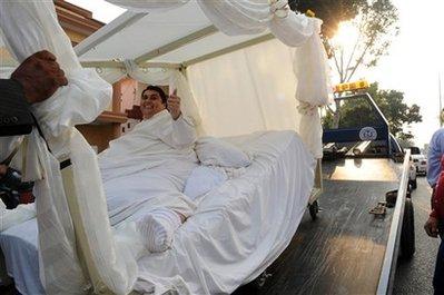عريس نقلوه بالونش لحفل الزفاف