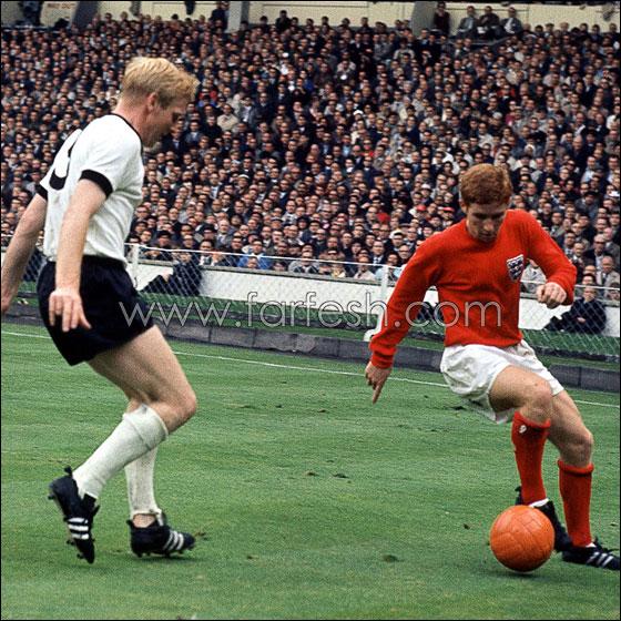 صراع على الكرة بين الانجليزي الان بول و الألماني كارل             هانز شنيلينجر في نهائي مونديال 66