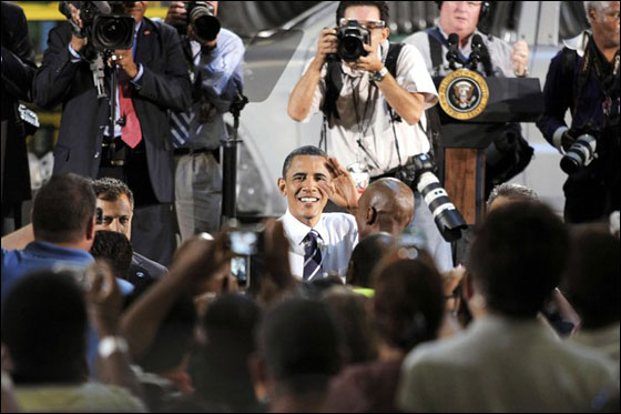 فرصة نادرة جدا.. السماح للرئيس أوباما بقيادة سيارة!!