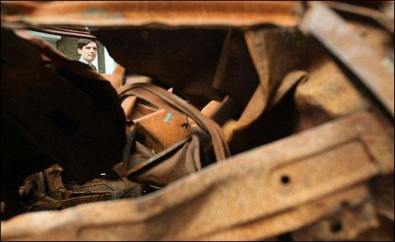 المتحف الحربي البريطاني يعرض حطام سيارة عراقية!!