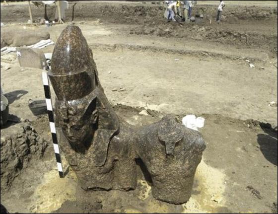 اكتشاف أروع التماثيل الملكية لوالد الملك اخناتون!
