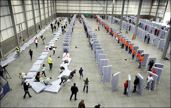 400 امريكي يقيمون أكبر خط من الدومينو البشرية!