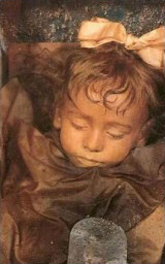 طفلة محنطة منذ عام 1920 وملامحا تبدو كانها حية!!