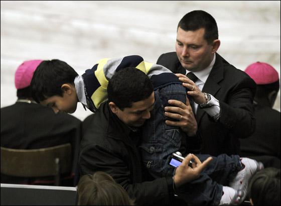 طفل يخرق بروتوكول الفاتيكان ويتقدم نحو البابا في جلسة!