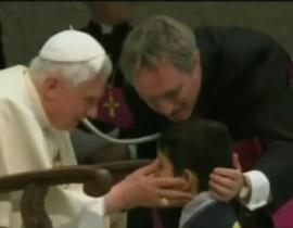 طفل يخرق بروتوكول الفاتيكان ويتقدم نحو البابا في جلسة