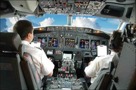 طيار يغلبه النعاس وينام اثناء قيادته برحلة جوية!