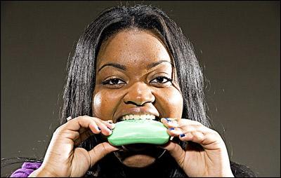 غريب جدا.. شابة مدمنة على أكل الصابون..!