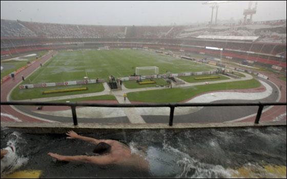 مدرج البرازيل يتحول الى حوض سباحة وتغمره الماء!