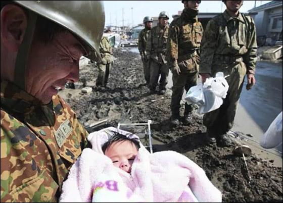 """""""المعجزة الصغيرة"""".. العثور على طفلة تحت الانقاض في اليابان"""