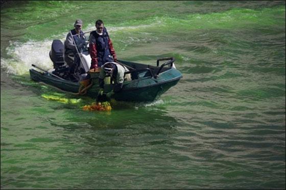 نهر السين يتحول للون الاخضر الفوسفوري في يوم المياه العالمي