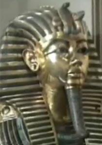 """صورة لـ """"توت عنخ آمون"""" تضع وزير الآثار المصري في ورطة!"""