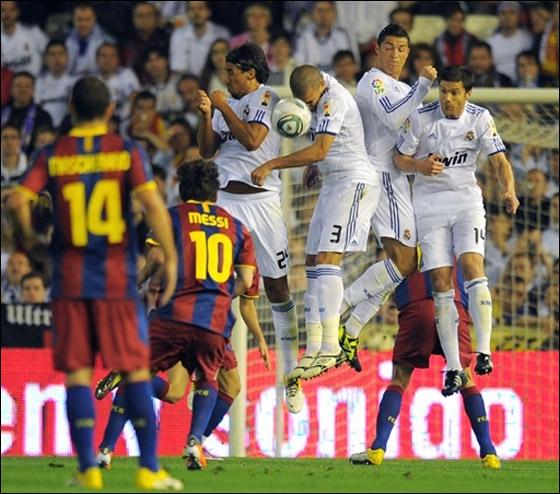 كأس بطولة اسبانيا يسقط من يدي راموس تحت عجلات الحافلة!