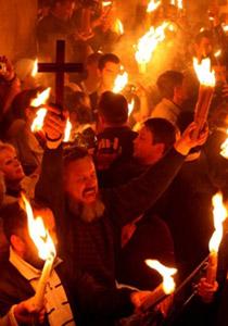 القدس تحتفل بالفصح وكنيسة القيامة تتحول إلى شعلة نور