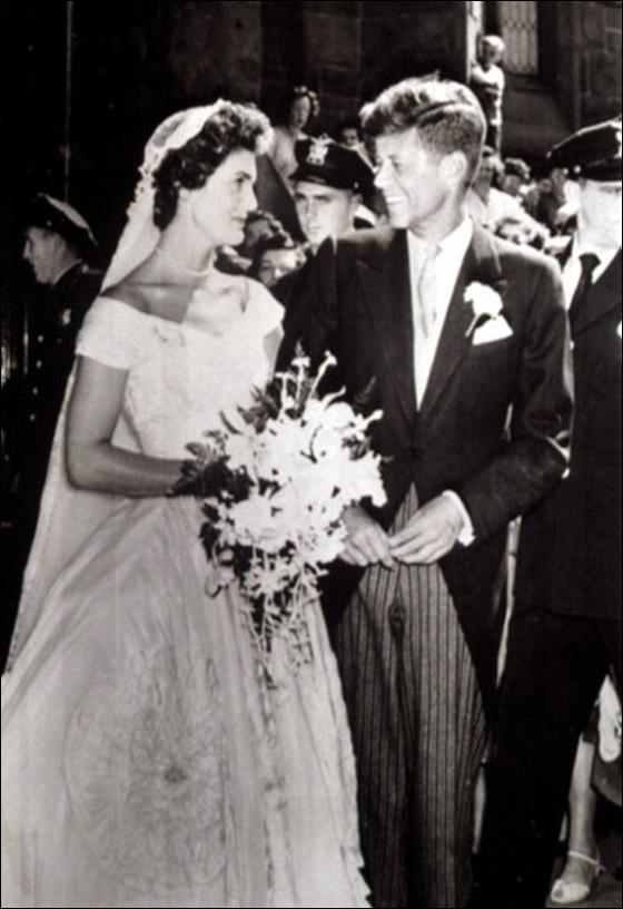 أجمل فساتين عرائس ارتدتها النجمات Jacqueline-Bouvier-marries-.jpg