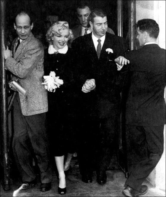 أجمل فساتين عرائس ارتدتها النجمات Marilyn.jpg