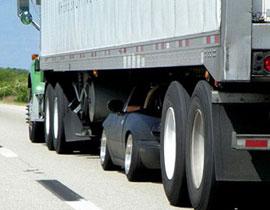 صورة لا تصدق: سائق يدخل بسيارته تحت عجلات شاحنة عمدا!!