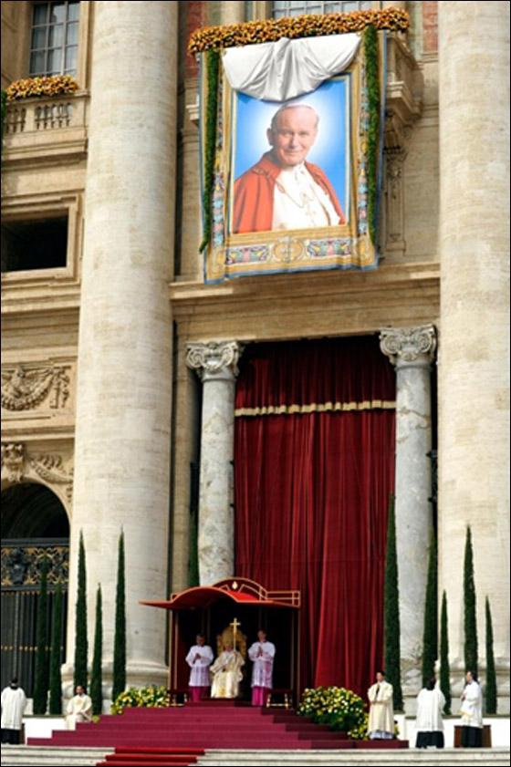 بالصور.. الآلاف يحتفلون بتطويب جثمان البابا يوحنا بولس الثاني