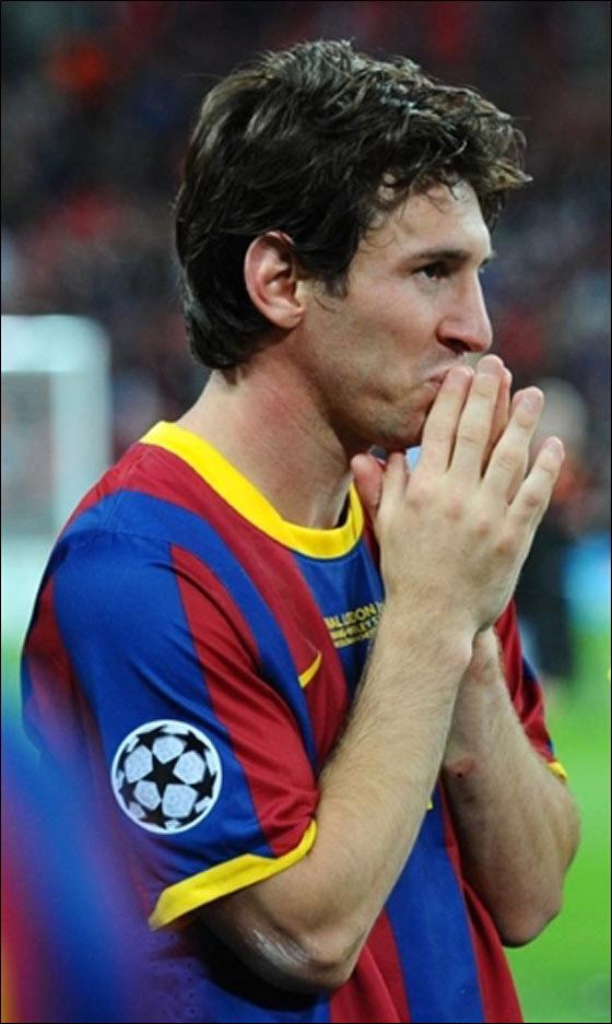 ميسي: حتى لو لعبت لمليون عام لن أقترب أبدا من مارادونا كلاعب!