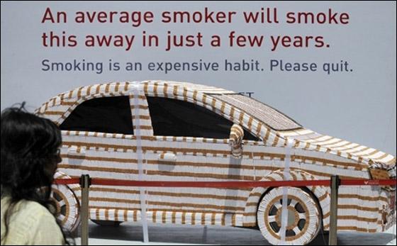 كافحوا التدخين بحذاء نسائي مصنوع من 15 ألف سيجارة!!