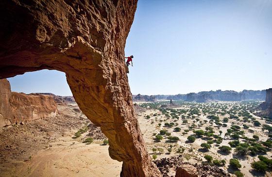 متسلقان ماهران يمارسان هوايتهما على قمم الصخور في تشاد