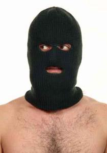 لص يتعرى ويدهن جسده بالزيت اثناء السرقة ليتعذر الامساك به!