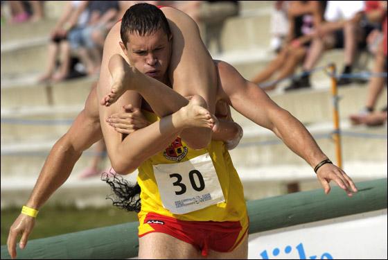 بالصور والفيديو:  فنلندي يحتل لقب بطولة العالم لحمل الزوجات!!