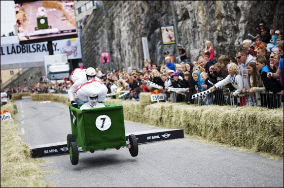 غرب الصور واجملها لسباق ريد بول السنوي في السويد!!
