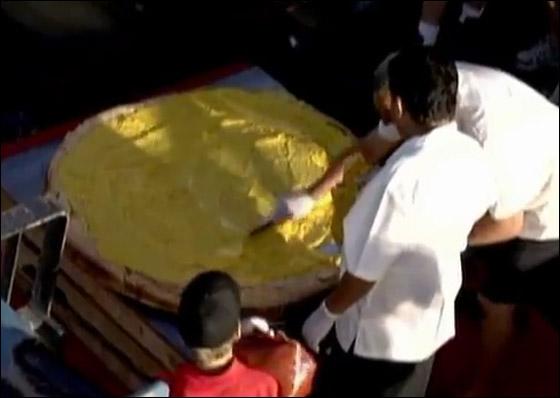 اكبر هامبورغر في العالم يزن 352 كغ ويحوي مليون ونصف كالوري!