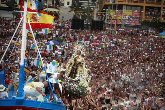 بالصور.. موكب اسباني احتفالا بشفاعة القديسة العذراء!