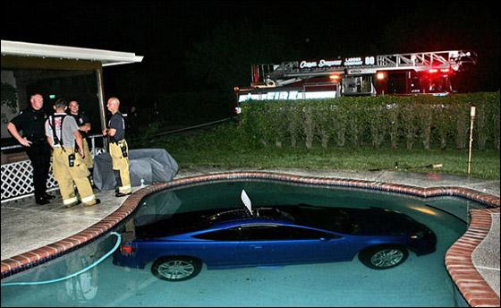 شاهدوا.. سائقون ركنوا سياراتهم بوضعيات عجيبة غريبة!!