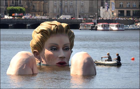 الحورية العملاقة.. امرأة تعوم وسط بحيرة تجذب السياح وتثير الجدل!!