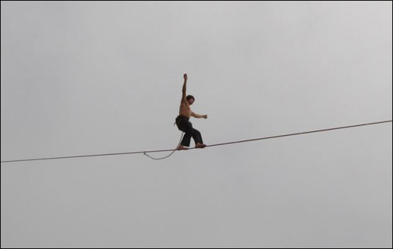 مغامر يحطم رقم قياسي بعد سيره على حبل رفيع في اعلى قمة بالنمسا