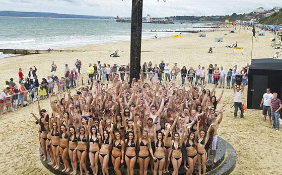 152 شخصا يكسرون الرقم القياسي في أكبر حمام جماعي  Giant_shower_1
