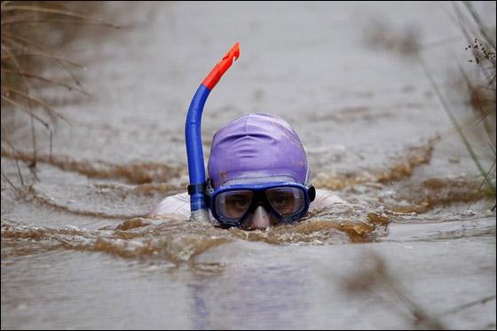 بالصور.. مهرجان الغوص تحت ماء المستنقع القذرة في امريكا!  Bog.jpg5
