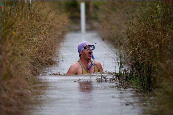 بالصور.. مهرجان الغوص تحت ماء المستنقع القذرة في امريكا!  Bog.jpg9