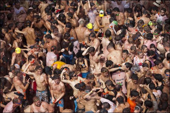 """بالصور.. 45 الف شخص يشاركون في """"حرب الطماطم"""" في اسبانيا!"""