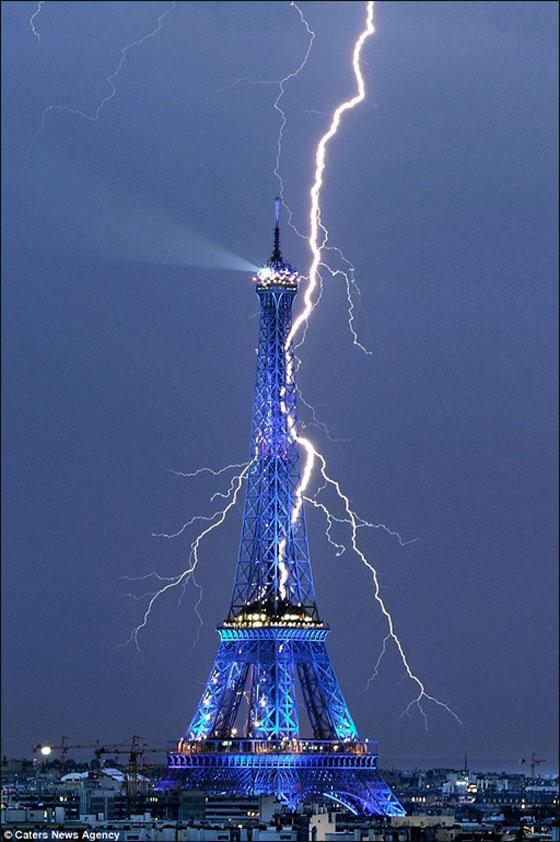 شوكة برق تنغرس في برج ايفل في باريس