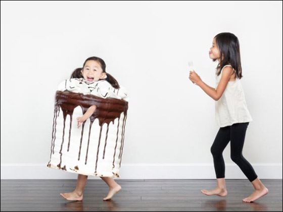 بالصور.. اب يلتقط صورا ابداعية مذهلة لحياة طفلتيه اليومية!!