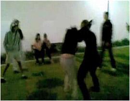 فتيات مراهقات يتعاركن بعنف ووحشية دامية ؟ بالصور والفيديو