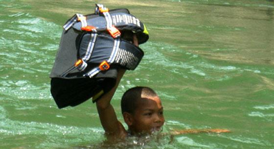 أطفال فيتنام يسبحون في النهر للوصول الى مدرستهم!!