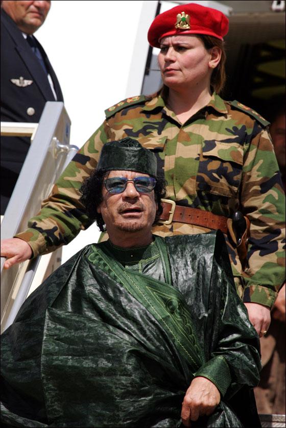 """""""فرفش"""" يرصد لكم حياة """"الرجل الأخضر"""" غريب الاطوار في صور!!"""