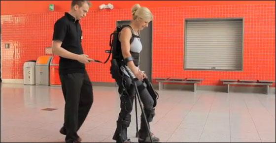 اختراع روبوت يمكن بريطانية من المشي مجددا بعد شلل دام 20 عاما!