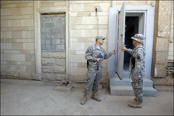 الجيش الامريكي يغادر العراق وبصحبته مرحاض صدام!