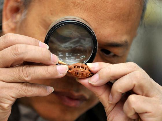 نحات يصنع أصغر تنين في العالم من رقائق ذهبية