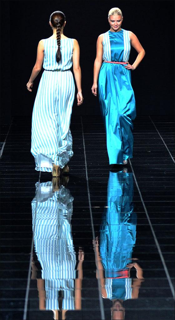 عارضات ازياء يتألقن بفساتين مميزة في اسبوع الموضة بموسكو