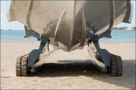 جديد.. قارب فخم يسير في البحر وعلى اليابسة!