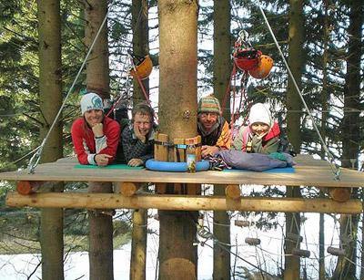 المنتجع الاول في العالم: غرف بخيم معلقة على الاشجار البرية!!