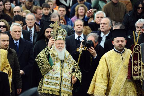 بالصور.. العالم يحتفل بعيد الغطاس بصلاة ومسابقات متنوعة!!