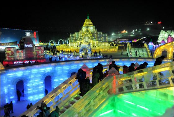 مهرجان الجليد في الصين يعرض منحوتات جمالها خيالي!