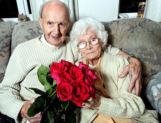 الزوج الرومانسي.. يهدي زوجته الورود اسبوعيا لمدة 70 عاما!